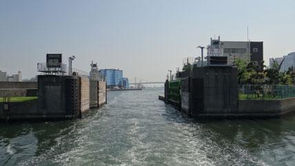 東京の橋:築地川水門